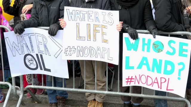vidéos et rushes de #nodapl / group of demonstrators protest the north dakota access pipeline claiming that the construction of the pipeline infringes on native american... - dakota du nord