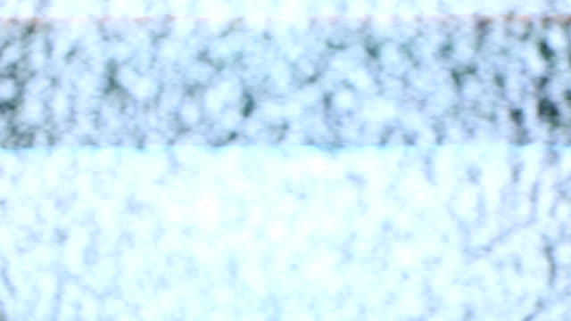 lärm-fernsehen in verschwommen und blitze licht. - computerfehler stock-videos und b-roll-filmmaterial