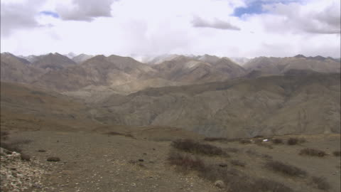 ws pan nomadic climbing mountain with horse / himalayas, upper dolpo, nepal - one mature man only stock videos & royalty-free footage