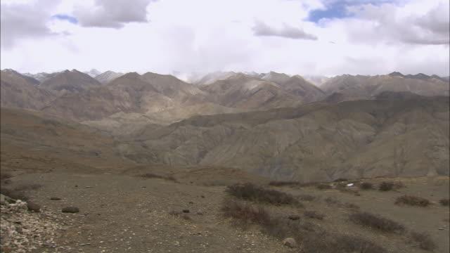ws pan nomadic climbing mountain with horse / himalayas, upper dolpo, nepal - endast en medelålders man bildbanksvideor och videomaterial från bakom kulisserna