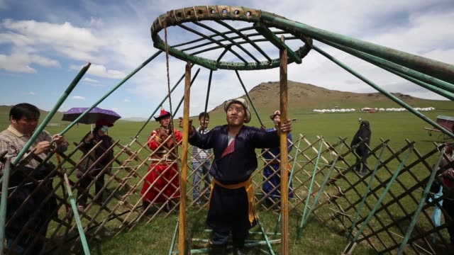 nomadic people wearing traditional clothing demonstrate how to carry their ger near ulaanbaatar, nomadic people wearing traditional clothing... - 遊牧民族点の映像素材/bロール