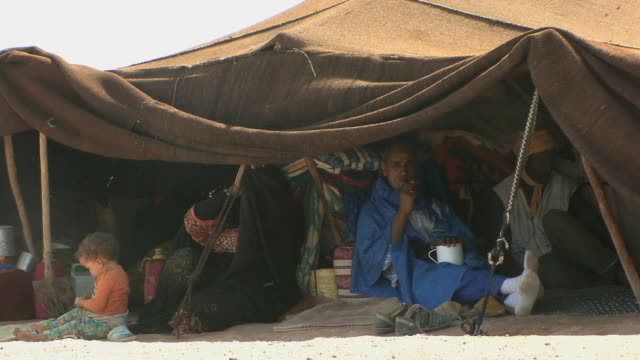 ws nomadic tuareg in tent, merzouga, morocco - männliches baby stock-videos und b-roll-filmmaterial