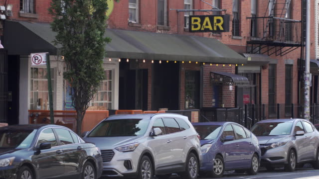 stockvideo's en b-roll-footage met nondescript bar on quiet brooklyn street. - bar gebouw