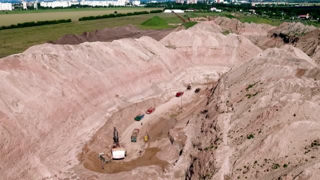 Nicht-städtisches Motiv. LKW im sand Steinbruch
