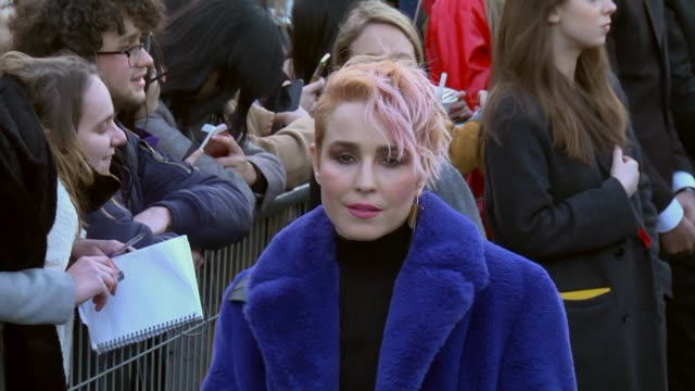 stockvideo's en b-roll-footage met noomi rapace arrives at the louis vuitton show as part of the paris fashion week womenswear fall/winter 2018/2019 on march 6 2018 in paris france - louis vuitton modelabel
