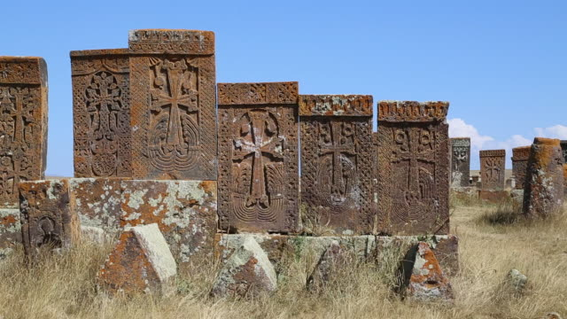 noratus (noraduz) cemetery, sevan lake, tombstones and khatchkars in the cemetery - etwa 11. jahrhundert stock-videos und b-roll-filmmaterial
