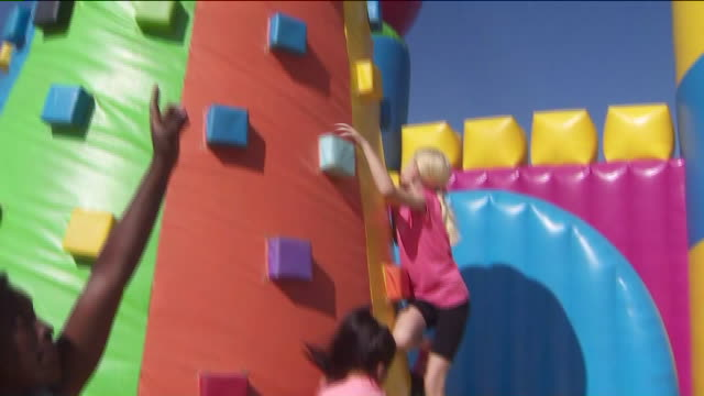 vidéos et rushes de ktla norco ca us children playing on the world's biggest bounce house just popped up in silverlakes equestrian and sports park on saturday august 10... - activité de loisirs
