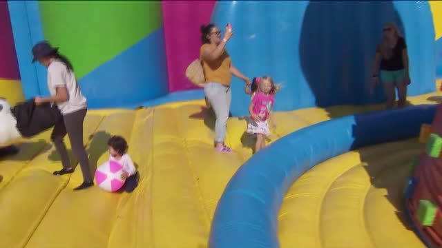 vidéos et rushes de ktla norco ca us children playing on the world's biggest bounce house just popped up in silverlakes equestrian and sports park on saturday august 10... - aire de jeux