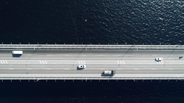 vídeos de stock, filmes e b-roll de vista aérea nord da estrada e ponte na cidade num dia de sol - estrada