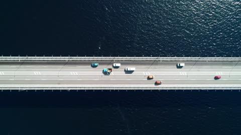 vidéos et rushes de vue nord antenne autoroute et pont en ville un jour de soleil - pont