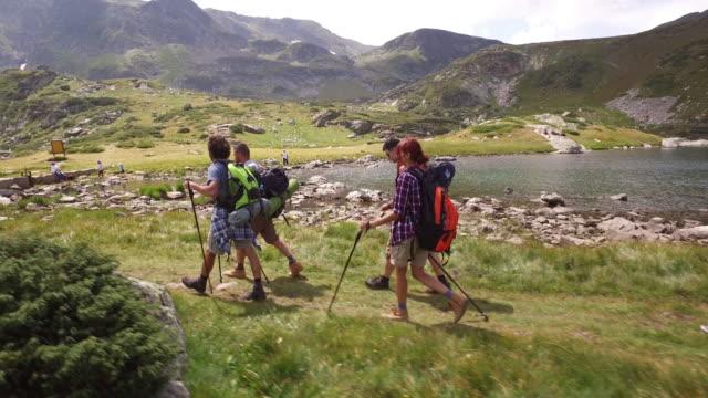 vídeos y material grabado en eventos de stock de caminata nórdica en la montaña - cultura juvenil