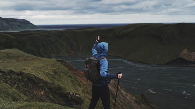 nordic walking im vulkanlandschaft - nur junge männer stock-videos und b-roll-filmmaterial