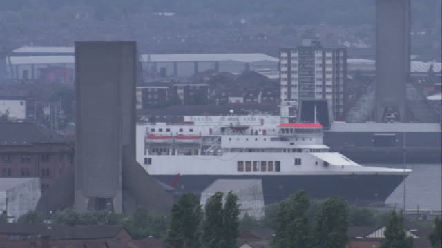 stockvideo's en b-roll-footage met a norfolk line freight ferry cruises down the irish sea on a hazy day. available in hd. - rondrijden