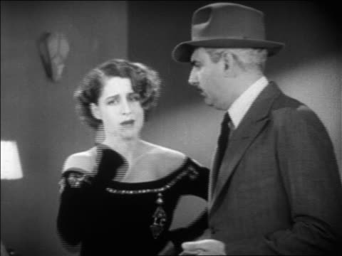 vidéos et rushes de norma shearer talking with police detective in hat / feature - 1931
