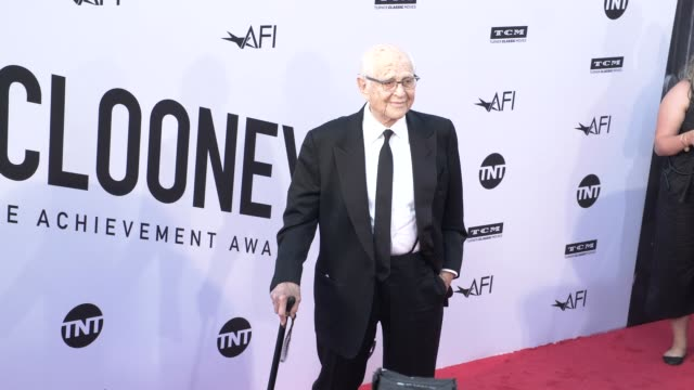 vídeos de stock, filmes e b-roll de norman lear at the american film institute honors george clooney with 46th afi life achievement award at dolby theatre on june 07 2018 in hollywood... - american film institute