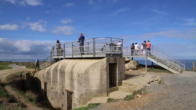 vídeos y material grabado en eventos de stock de normandy, cliffs and bunkers from ww2. - refugio contra bombas