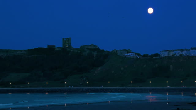 north bay  castle & full moon scarborough, north yorkshire, england - scarborough nord yorkshire stock-videos und b-roll-filmmaterial