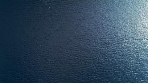 vidéos et rushes de des vagues bleues du nord dans la baie vue de haut - baie eau