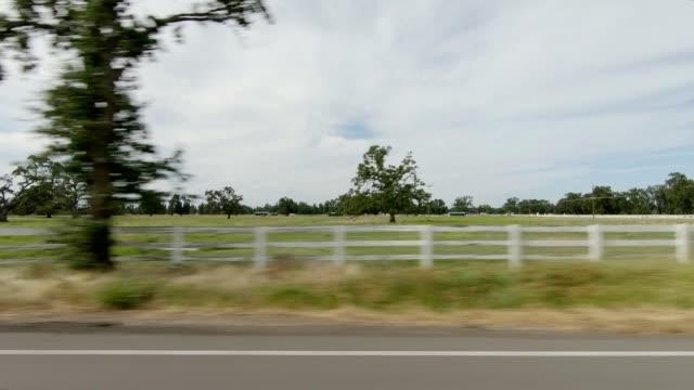 vídeos de stock, filmes e b-roll de north california x série sincronizada placa de processo de condução de visão esquerda - cerca