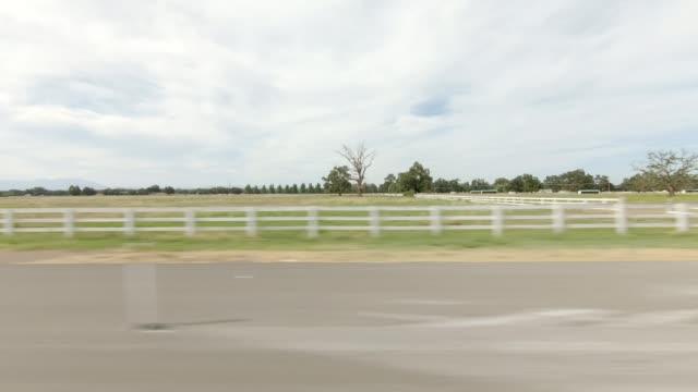vídeos de stock, filmes e b-roll de norte da califórnia xiv sincronizado série placa de processo de condução de imagem direita - cerca