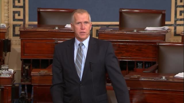 north carolina senator thom tillis answers a challenge for senator bernie sanders in debate on the tax cuts and jobs act that anyone suggesting... - partito repubblicano degli usa video stock e b–roll
