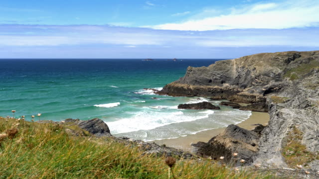 north cornwall coast. between treyarnon bay and porthcothan. dolly shot. - rock face stock videos & royalty-free footage