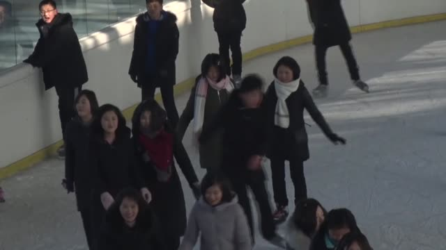 vídeos de stock e filmes b-roll de north korea : people skate on an ice rink in pyongyang on jan. 21, 2020. - pista de patinagem no gelo