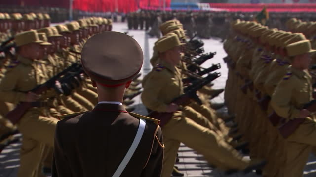 north korean servicemen march with rifles in kim il-sung square during the 70th anniversary military parade held on september 9, 2018 in pyongyang,... - 70周年点の映像素材/bロール