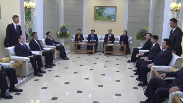 vidéos et rushes de yao ming a former nba star and the chinese basketball association head arrives at pyongyang international airport on oct 8 along with a delegation... - ming