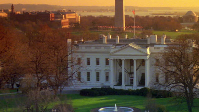ms north lawn of white house with government buildings across street / washington d.c., united states - la casa bianca washington dc video stock e b–roll