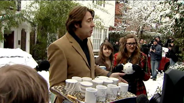 vídeos de stock, filmes e b-roll de north london: ext / snow ** flash photography ** jonathan ross speaking to press, holding tray with cups of tea sot - i've made a statement and the... - jonathan ross