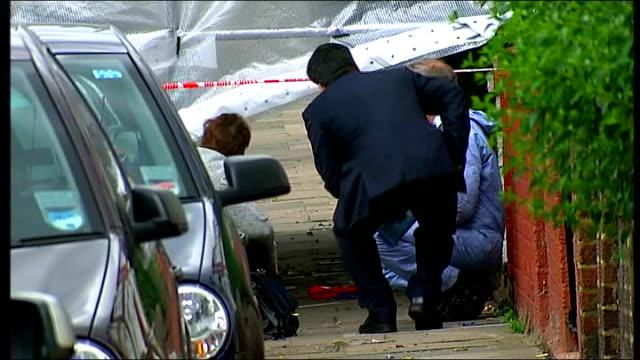 vídeos y material grabado en eventos de stock de forensic officers beside screened off area neighbour interview sot - ciencia forense