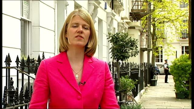 vídeos y material grabado en eventos de stock de reporter to camera reporter showing woman blownup photographs of the miliband brothers vox pops london woman holding 'go ed' placard on steps of soas... - placard