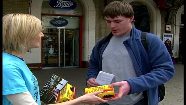 vídeos de stock, filmes e b-roll de north london south london debate slap members handing out south london action packs slap promoter speaking to man about south london sot slap member... - compasso