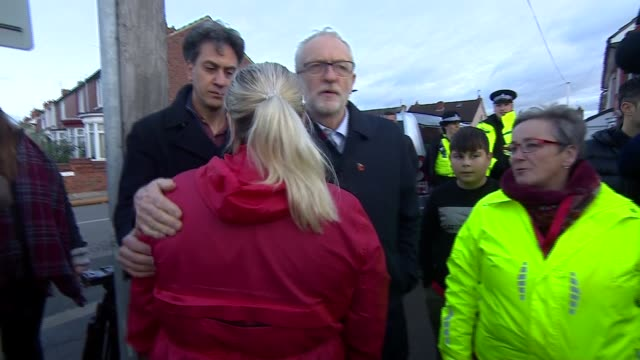 jeremy corbyn visits doncaster england south yorkshire doncaster ext various shots of jeremy corbyn and ed miliband along street with entourage and... - エド ミリバンド点の映像素材/bロール