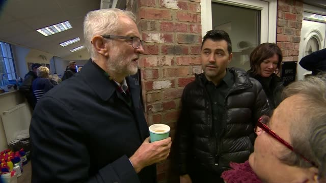 jeremy corbyn visits doncaster england south yorkshire doncaster int further shots of jeremy corbyn and ed miliband chatting with local people in... - エド ミリバンド点の映像素材/bロール