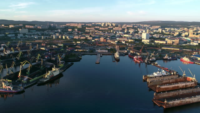 norden panoramablick auf kohle terminal und handels-hafen, kola bucht, murmansk, russland. - bay of water stock-videos und b-roll-filmmaterial