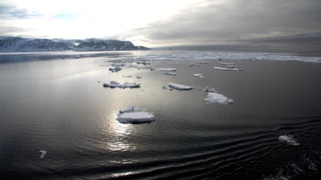 vídeos de stock, filmes e b-roll de north pole- sailing between icebergs, svalbard - pólo norte