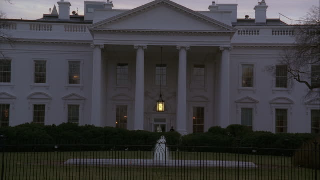 vídeos y material grabado en eventos de stock de la north portico of the white house at sunset / washington, d.c., united states - neoclásico
