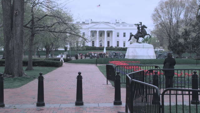stockvideo's en b-roll-footage met ws north portico of the white house, with security guard, lafayette park, and equestrian statue of andrew jackson / washington, d.c., united states - letterbox format