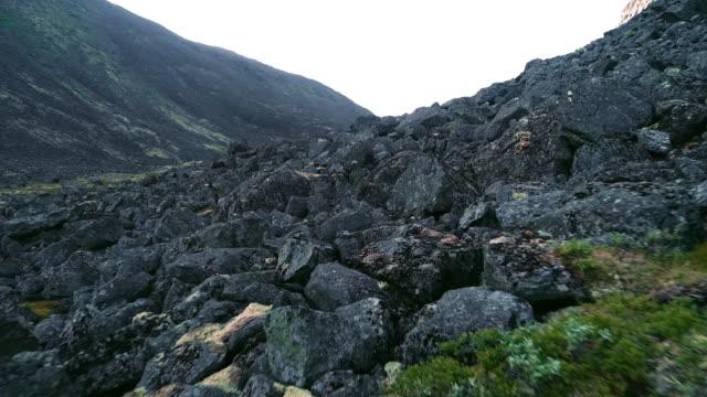 Sommet de la montagne rocheuse du Nord - paysage arctique