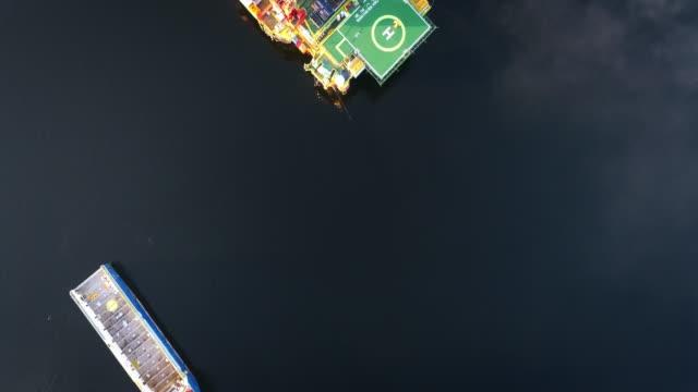 vidéos et rushes de navires du nord de postes d'amarrage dans le port de mourmansk - plateforme