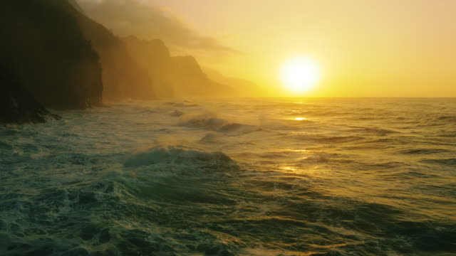 stockvideo's en b-roll-footage met north shore kauai, na pali coast, ke'e beach - zonsondergang