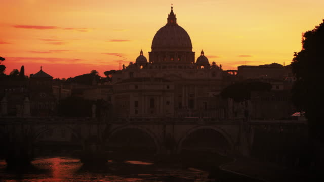 vídeos de stock e filmes b-roll de north side of ponte sant'angelo and st peter's basilica at sunset - basílica de são pedro