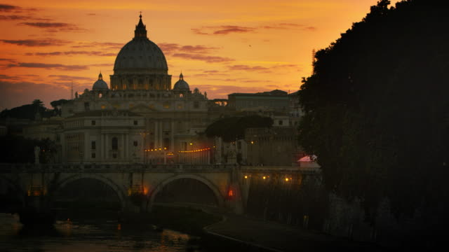 north side of the ponte sant'angelo and st. peter's basilica at dusk - サンタンジェロ橋点の映像素材/bロール