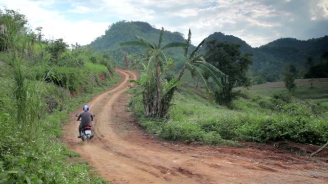 North Thailand Urlaub. Mann fährt moped bis steilen Hügel Asien