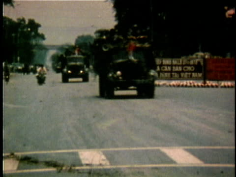 vidéos et rushes de north vietnamese armored personnel carrier vehicles and tanks entering saigon at the end of the vietnam war / vietnam - 1975