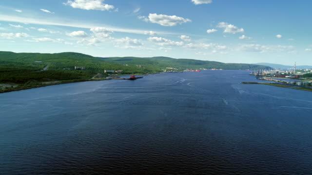 vidéos et rushes de nord vue par dessus de paysage dans la baie de kolsky - tourisme vert