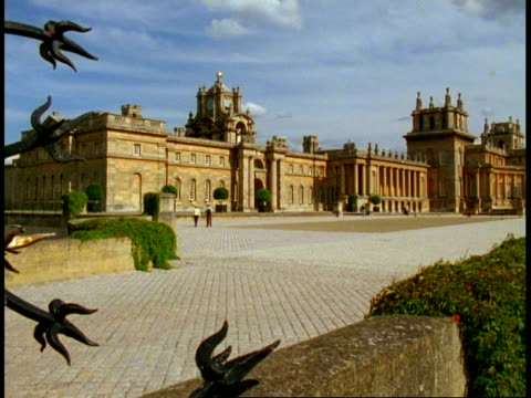 vídeos y material grabado en eventos de stock de north wing, blenheim palace, oxfordshire, wa view across courtyard - palacio de blenheim