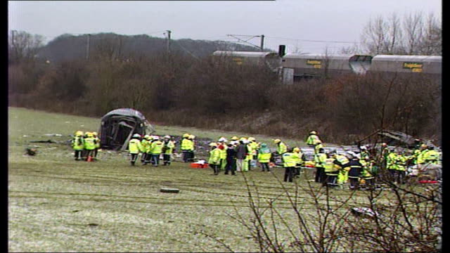 vídeos y material grabado en eventos de stock de selby train crash general views of site and emergency workers england north yorkshire near selby great heck ext derailed freight train / carriages of... - accidente de tren